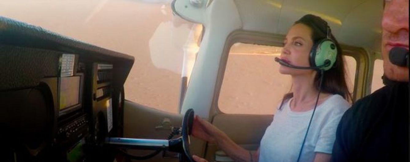 Анджеліна Джолі виявилася вправним пілотом і посадила літак