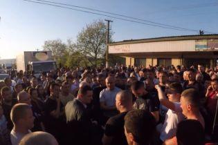 На Закарпатье селяне блокировали дорогу, требуя арестовать подозреваемого в убийстве подростка