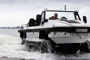 Автомобиль-катер передвигается по воде и суше