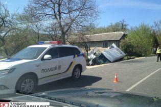 На Прикарпатье маршрутка с пассажирами перевернулась и упала в кювет: водитель погиб