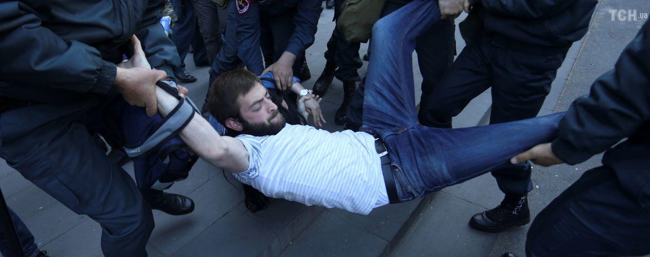 Потужні протести у Вірменії. Поліція відловлює активістів по всьому Єревану