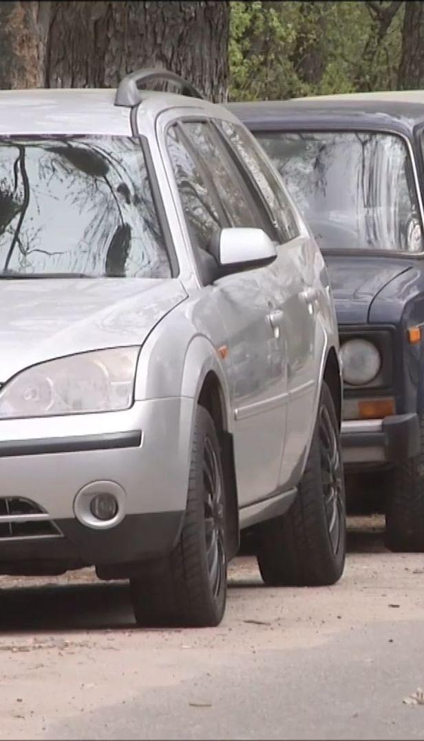 В Киеве мужчина, который называется бойцом АТО, режет колеса авто и требует выкуп