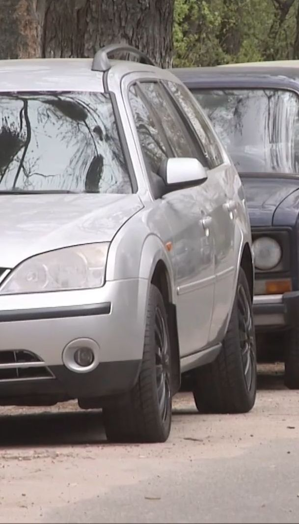 В Києві чоловік, який називається бійцем АТО, ріже колеса авто і вимагає викуп