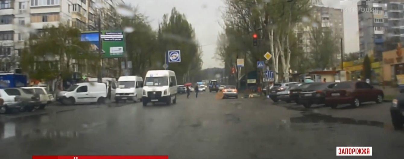 В Запорожье пьяный парень на Mazda сбил трех женщин на глазах патрульных