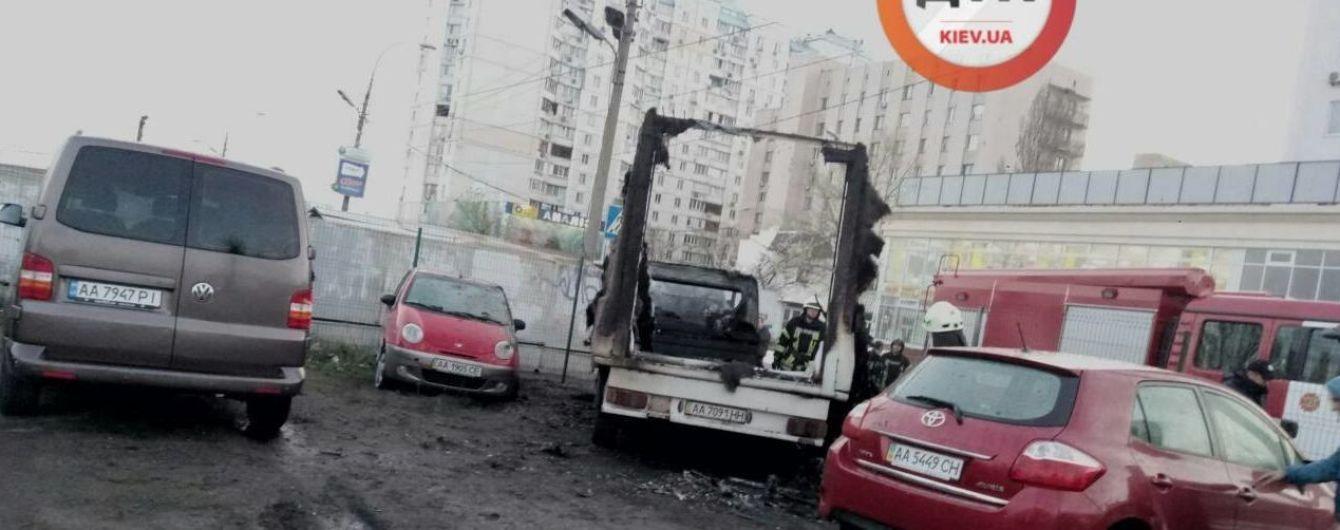 В Киеве сгорело почти полдесятка автомобилей
