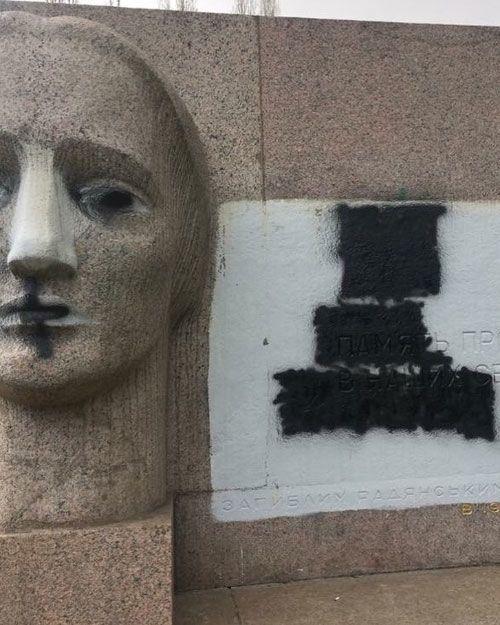 обмальований пам'ятник Скорботній Матері в Полтаві_1