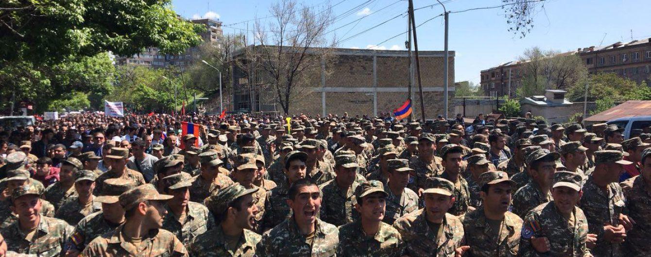 В Ереване часть военных перешла на сторону митингующих