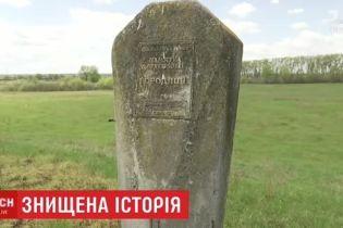 """На Киевщине """"черные археологи"""" разграбили уникальное городище 12 века"""