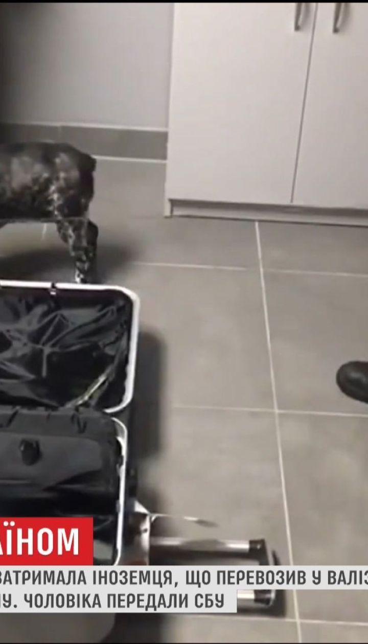 В Одессе задержали иностранца с килограммами кокаина в чемодане