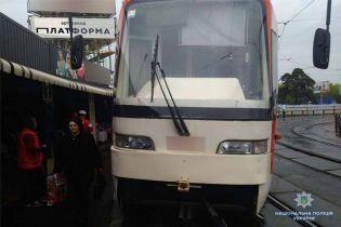У Києві велика залізяка пробила підлогу трамвая та зламала ногу пенсіонерці