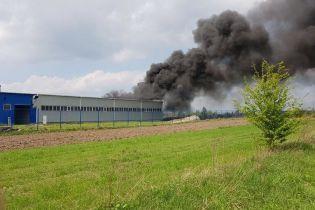 На Львівщині через пожежу в автобусі палає ціле СТО