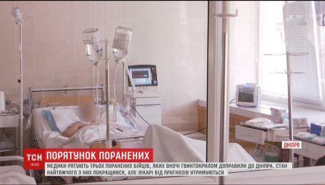 Медики рятують трьох поранених бійців, яких уночі гвинтокрилом доправили до Дніпра