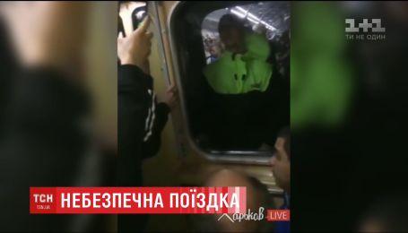 У харківській підземці хлопець їхав, стоячи між вагонами потяга