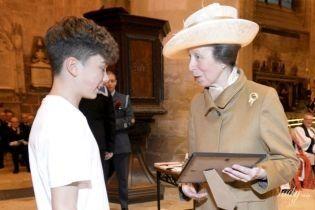В скромном пальто и шляпе: дочь королевы Елизаветы II - принцесса Анна, посетила церковную службу
