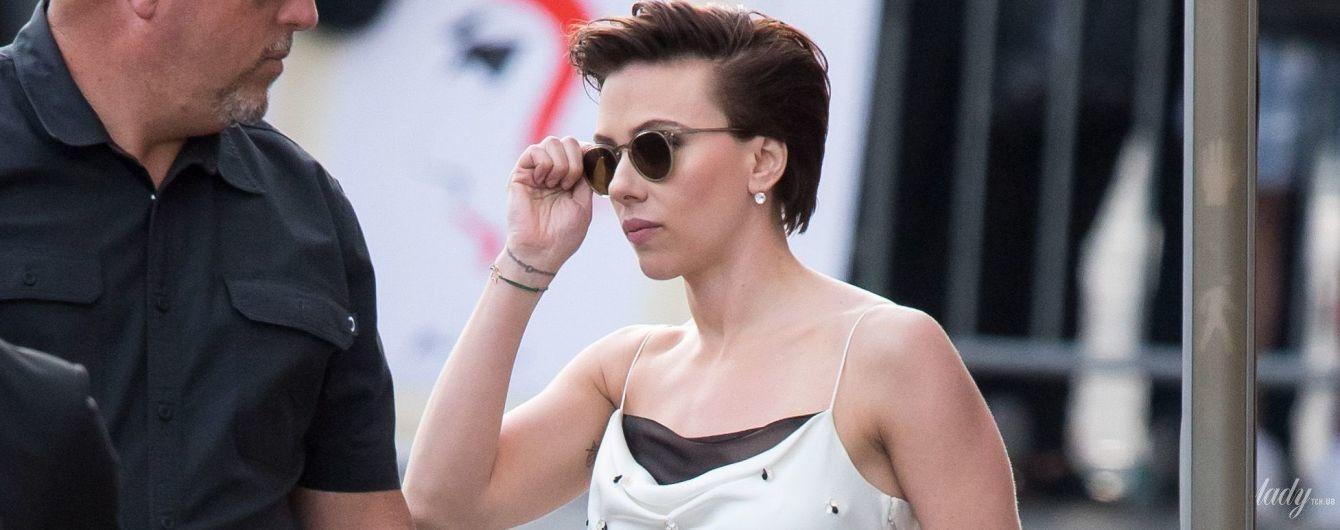 Спортзал ей не помешает: Скарлетт Йоханссон в обтягивающем платье попала на глаза папарацци