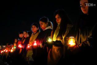 В свете лампадок и с охапками цветов. Как украинцы почтили память жертв Чернобыльской АЭС