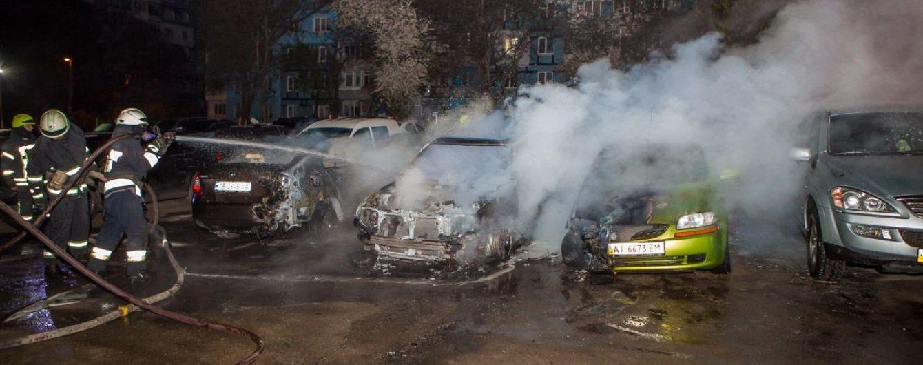 На стоянке в Днепре сгорело сразу пять авто