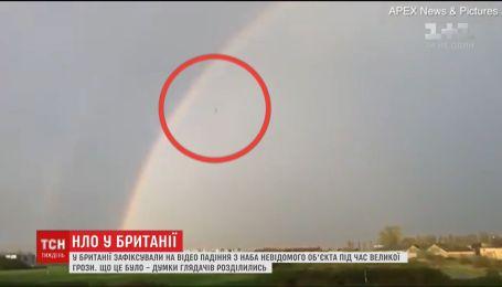 В Британии засняли на видео падение с неба неизвестного объекта