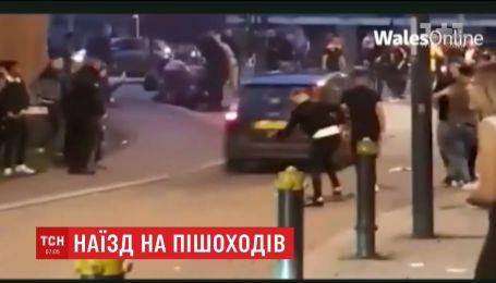 """В Британии водитель """"Форда"""" трижды протаранил толпу, собравшуюся на тротуаре"""
