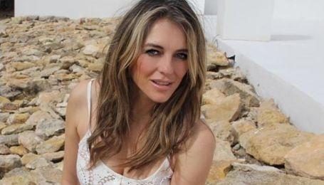 52-річна Ліз Херлі у напівпрозорому вбранні показала оголені груди