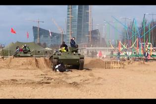 На военно-патриотическом фестивале в Петербурге танк переехал людей, пострадали дети