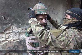 Живая бомба. Боевики ИU обвязали солдата веревками, натолкали взрывчаткой шлем и выбросили из окна