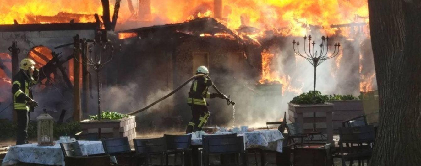 """Масштабный пожар в одесском парке началась с кухни кафе """"ВДВ"""""""