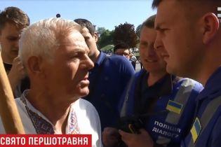 На пути первомайской демонстрации в Киеве стал одинокий активист с флагом Украины
