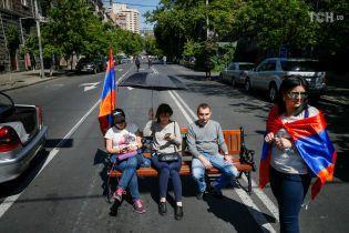 Масштабная блокада в Ереване: протестующие перекрыли дорогу к аэропорту и станции метро