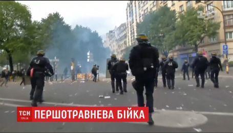 Мирна хода демонстрантів у Парижі закінчилася жорстокою бійкою з поліцією