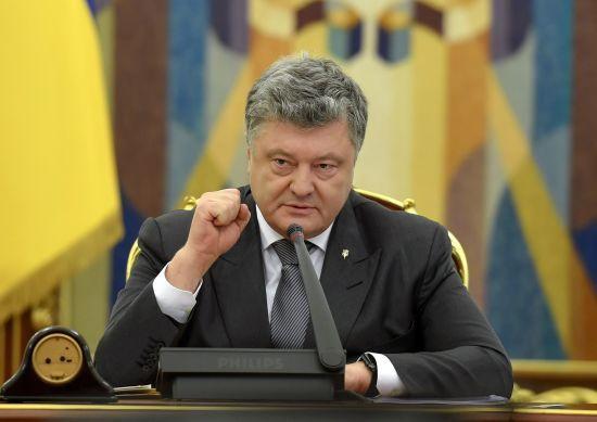 Порошенко ввів у дію рішення РНБО про введення воєнного стану