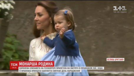 Елизавета II прилетела к внукам на вертолете