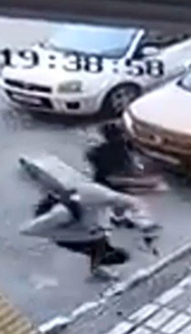 """Уличная камера зафиксировала нападение с ножом на """"киборга"""""""