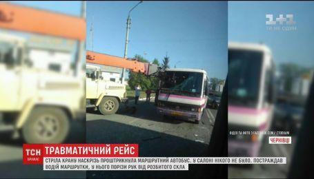 В Черновцах строительный кран насквозь проткнул маршрутку