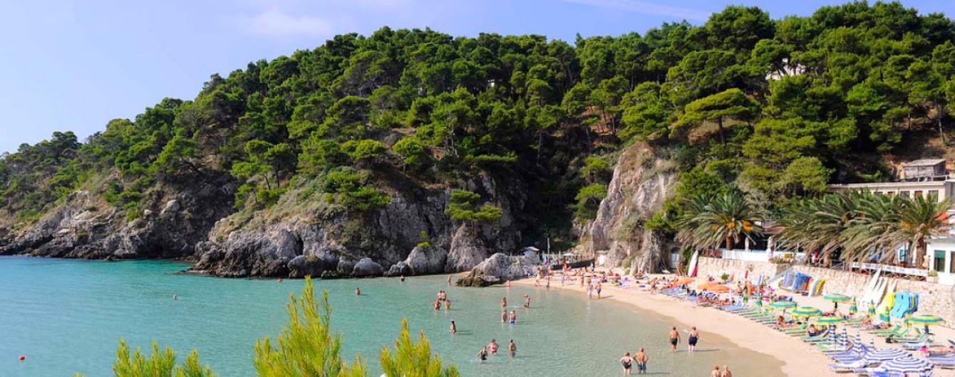 На островах Італії штрафуватимуть туристів, які їдять із пластику на пляжі