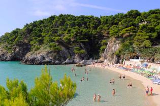 На островах Италии будут штрафовать туристов, которые едят из пластика на пляже
