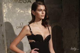 В платье Versace и с откровенным декольте: Кайя Гербер впечатлила эффектным образом