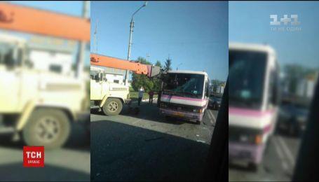 В Черновцах маршрутка на полном ходу наткнулась на стрелу автокрана