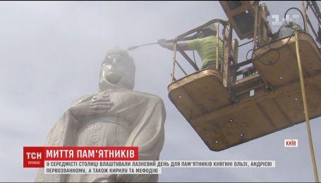 У середмісті столиці влаштували банний день для пам'ятника Княгині Ользі та її сусідам