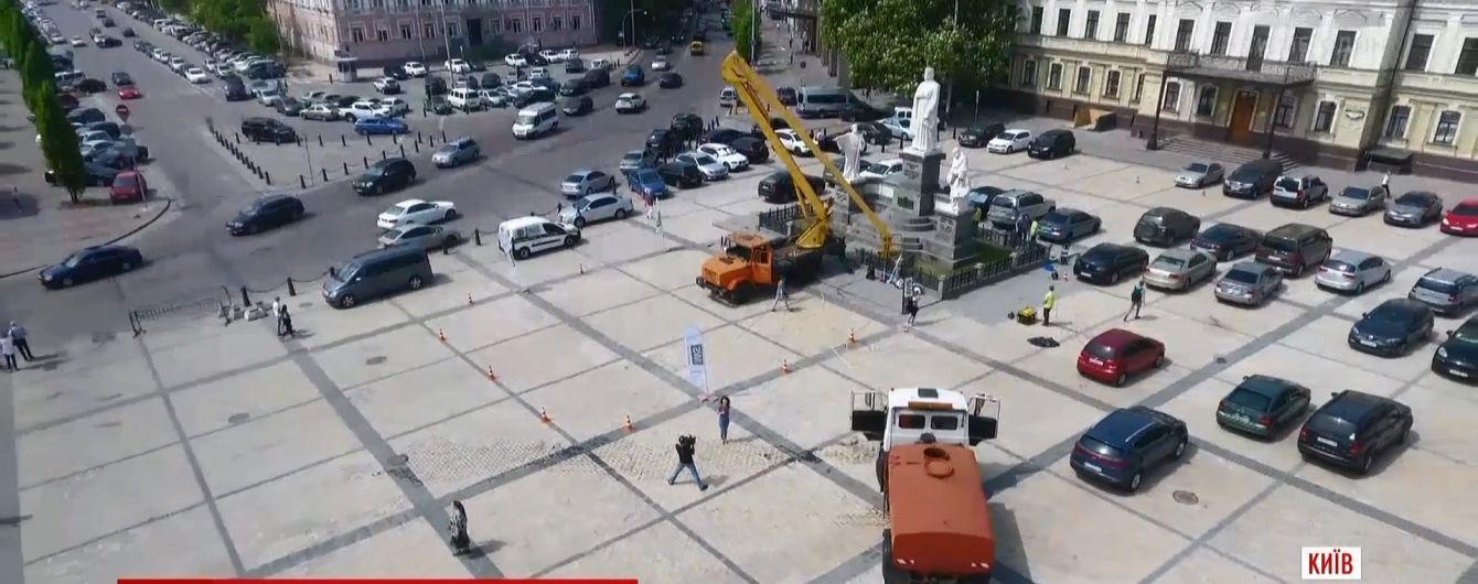 В Киеве впервые с момента установления помыли памятник княгини Ольги