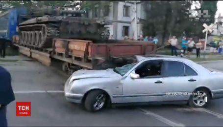 У столиці завантажений танком потяг протаранив легковик