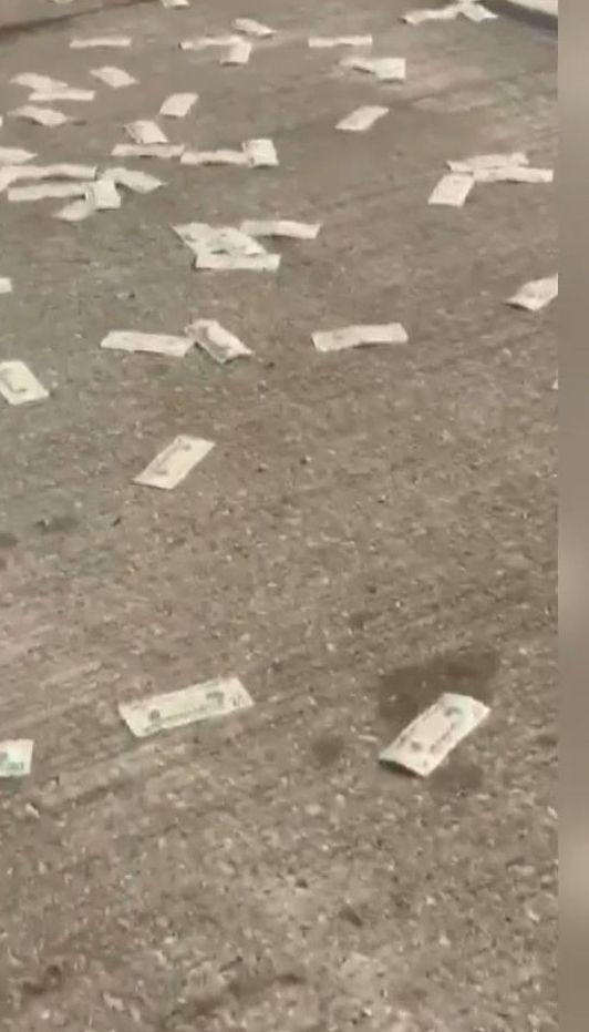 В американском штате Индиана инкассаторский грузовик устелил дорогу деньгами