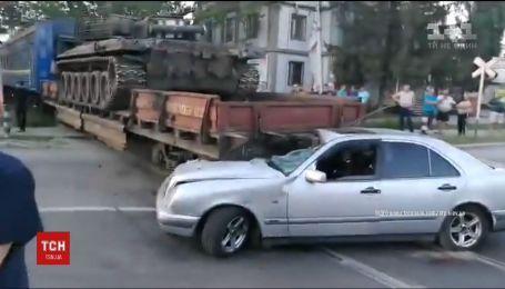 В Киеве легковушка попала под поезд, перевозивший танк