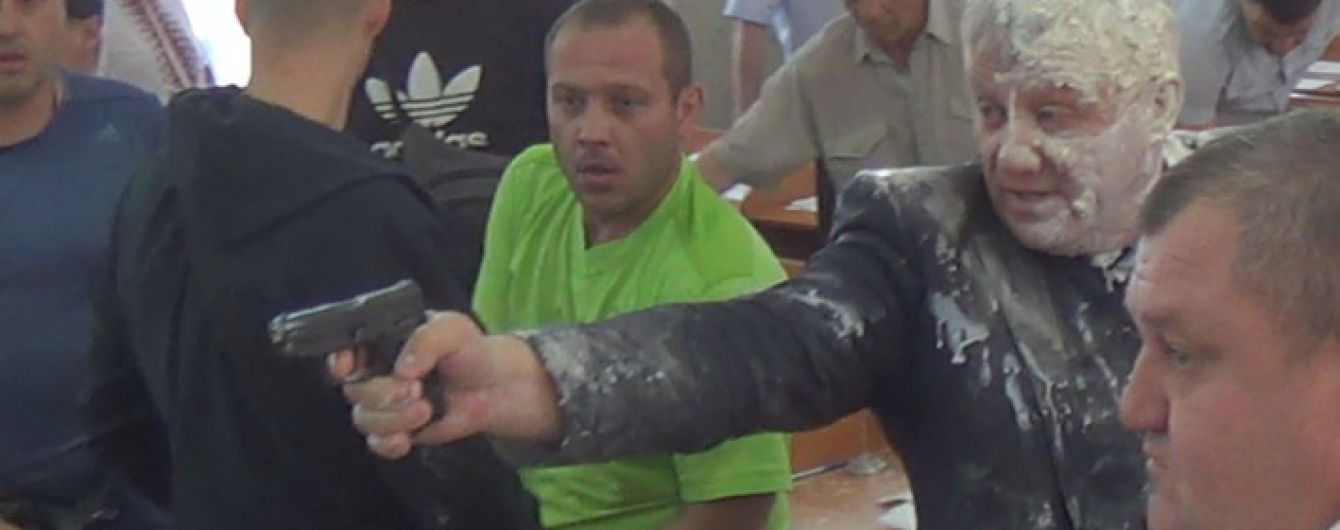 Стрельба и облитый зеленкой мэр: как происходит сессия Никопольской горсовета на Днепропетровщине