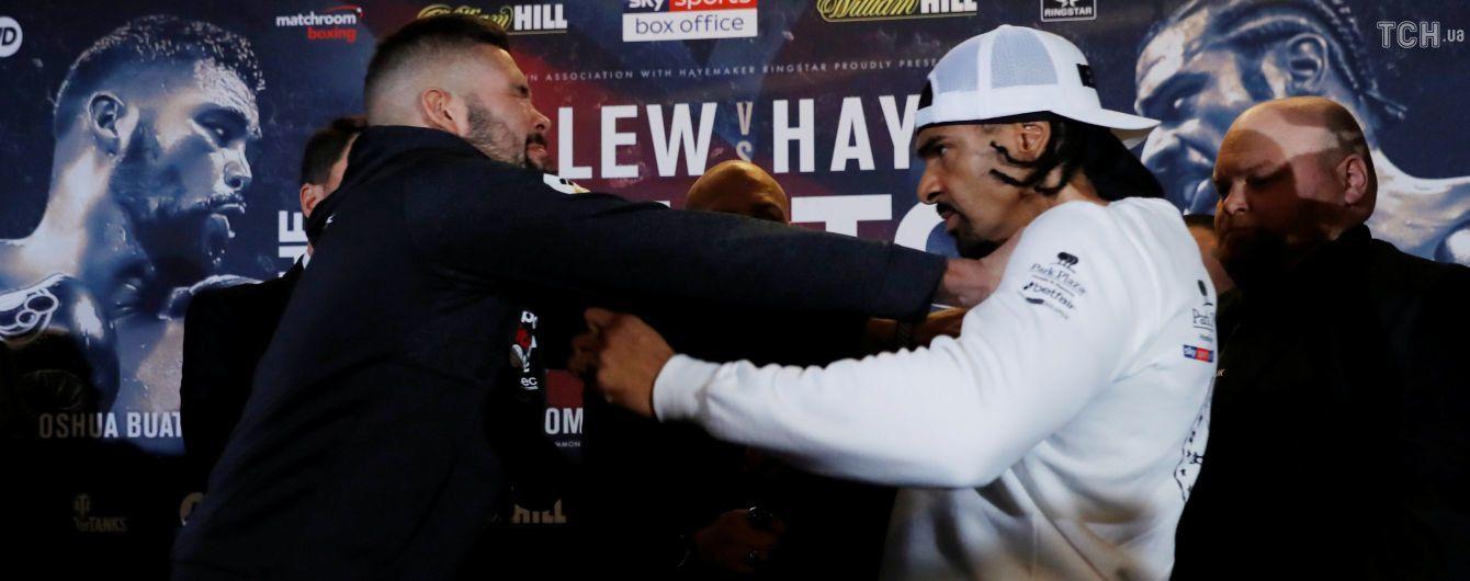 Два легендарных британских боксера устроили ожесточенную дуэль взглядов