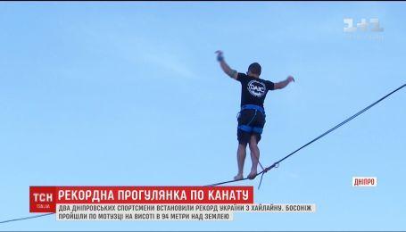 В Днепре двое спортсменов прошли по веревке на высоте 94 метра