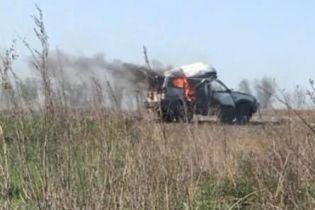 На Донетчине боевики ракетой уничтожили автомобиль с гуманитарной помощью