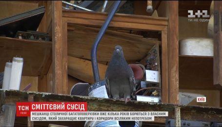В Киеве жители дома несколько лет воюют с соседом, который собирает дома хлам