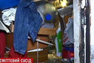 """Київські """"плюшкіни"""" ледь не спалили будинок разом із заваленою мотлохом квартирою"""