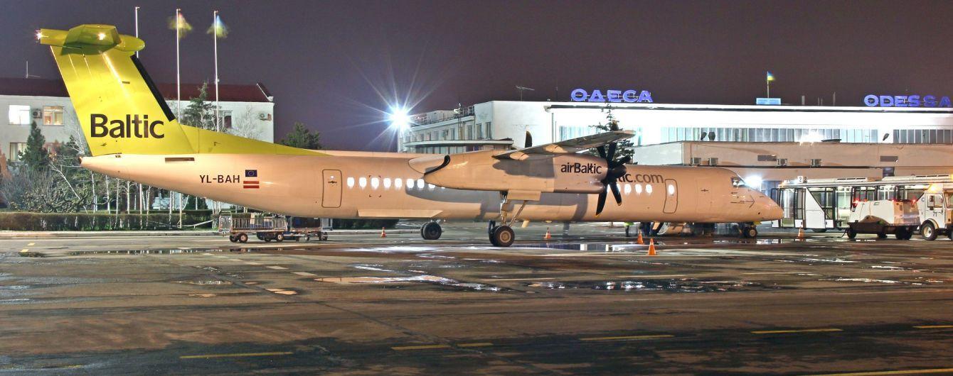 Пасажирський літак рейсом до Греції екстрено приземлився в Одесі